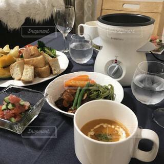 食品とコーヒーのカップのプレートの写真・画像素材[1619081]