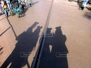 バイクの後ろに乗っている人のグループの写真・画像素材[1619084]