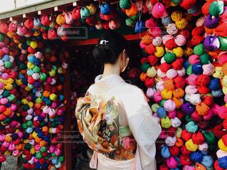 店の前に立っている人の写真・画像素材[1619122]