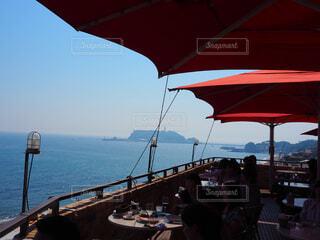 水の体の横に桟橋の上に座ってボートの写真・画像素材[1619124]