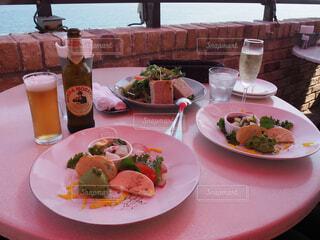 ピクニック用のテーブルの上に食べ物のプレートの写真・画像素材[1619125]