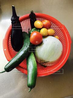 テーブルの上に座って食品のボウルの写真・画像素材[1304818]