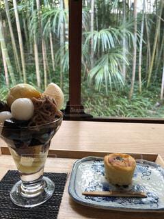 木製のテーブルと和菓子の暖かなカフェの写真・画像素材[1619367]