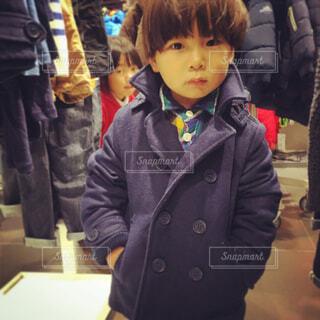 おしゃれなピーコートを着た少年の写真・画像素材[1620555]