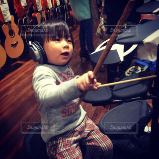 子供のドラムの練習の写真・画像素材[1620556]