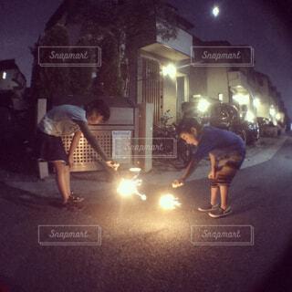 花火をする兄妹の写真・画像素材[1620575]