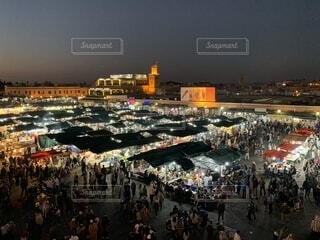 沢山の人々で賑わう 夜のフナ広場の写真・画像素材[1635431]