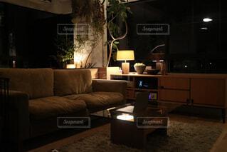 音楽を聞きながら過ごす夜の写真・画像素材[1623630]