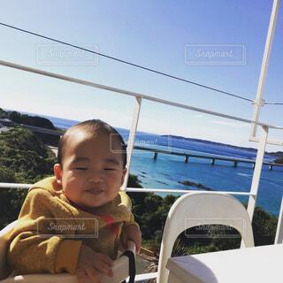 ベビーチェアに座っている赤ちゃんの写真・画像素材[1623246]