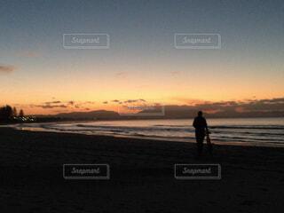 夕暮れの中自転車を引くの写真・画像素材[1623878]