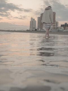 水は冷たいのに、の写真・画像素材[1803700]