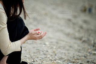 赤いマニキュアの女性の写真・画像素材[2285446]