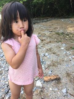 いくつかの料理を食べている女の子の写真・画像素材[1633121]