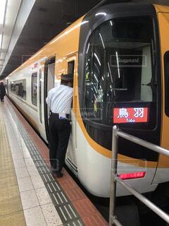 地下鉄のホームに立っている人と駅で旅客列車を停止の写真・画像素材[1653569]