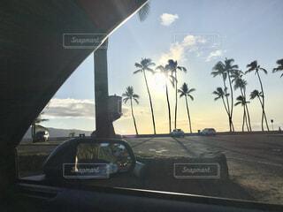 ドライブ中の夕暮れの写真・画像素材[1628220]