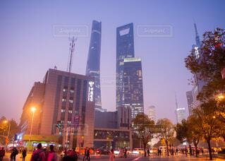 上海の高層ビルが見える夕方の交差点の写真・画像素材[1656292]