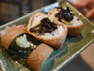 近くに寿司のアップの写真・画像素材[1635481]