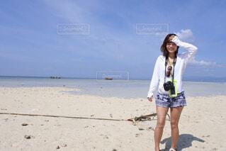 ビーチに立っている女性の写真・画像素材[1629930]