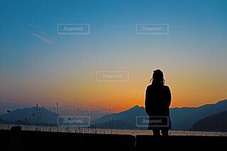 夕日を眺める後ろ姿の写真・画像素材[1634246]