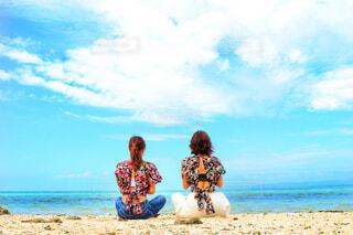 ビーチに座っている人の写真・画像素材[1648618]