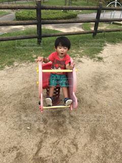 ブランコに座っている小さな子供の写真・画像素材[1633970]