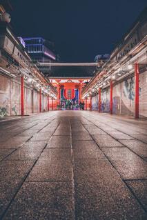 夜の浅草仲見世通りとライトアップの写真・画像素材[1630516]