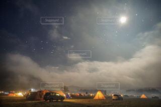 夜空の下でふもとっぱらキャンプの写真・画像素材[1758852]