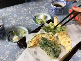テーブルの上の天ぷらを食べるの写真・画像素材[1650776]