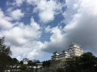 青空と雲を背景にした姫路城の写真・画像素材[1677666]
