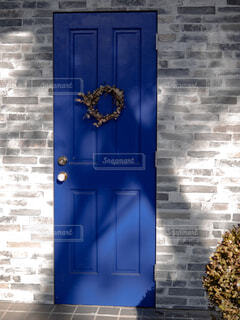 青いドアの写真・画像素材[1650293]