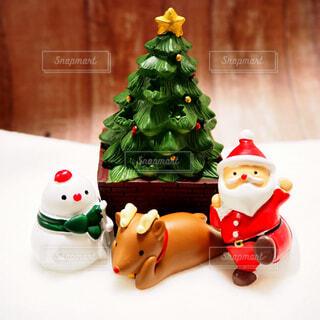 サンタクロースとクリスマスツリーの写真・画像素材[1666335]
