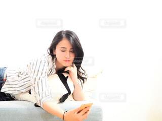 ソファでくつろぐ女性の写真・画像素材[1812059]