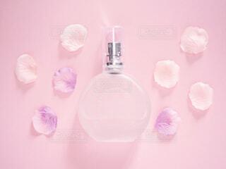 香水とお花の写真・画像素材[2066181]