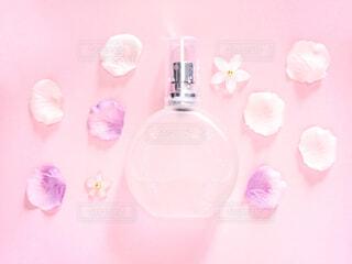 香水とお花の写真・画像素材[2066182]