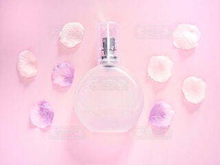 香水とお花の写真・画像素材[2066183]