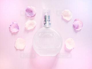 香水とお花の写真・画像素材[2066184]