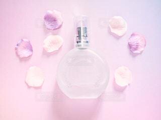 香水とお花の写真・画像素材[2066185]