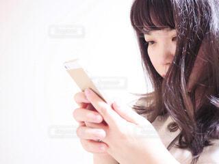 スマホいじりの写真・画像素材[2345245]