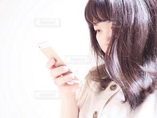 スマホいじりの写真・画像素材[2345246]