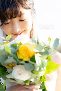 花を持っている人の写真・画像素材[1636689]
