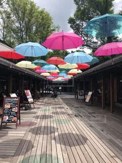 傘と雨の中歩く人々 のグループの写真・画像素材[1639809]