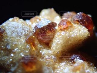 満礬柘榴石のクローズアップの写真・画像素材[2407411]