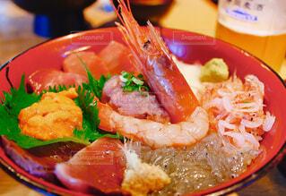 テーブルの上に食べ物のプレートの写真・画像素材[1639324]