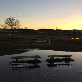 水溜まりに浮かぶ2つのベンチの写真・画像素材[1644758]