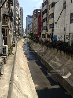 背景の建物の中に狭い川の写真・画像素材[1649942]