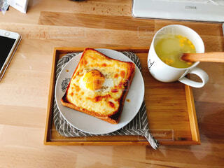 木製のテーブルの上に座っている食べ物の皿の写真・画像素材[2138848]
