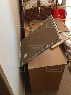 地震で倒れた額縁と動いた棚の写真・画像素材[1641421]