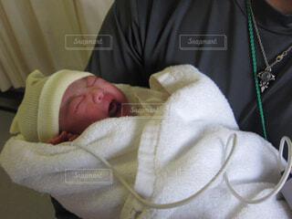 赤ちゃんを抱っこの写真・画像素材[1642051]