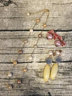 木製の表面のネックレスの写真・画像素材[1644507]