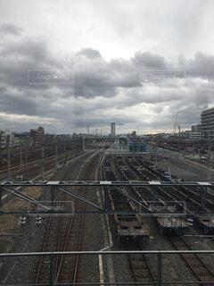 街中の線路上の列車の写真・画像素材[1827879]